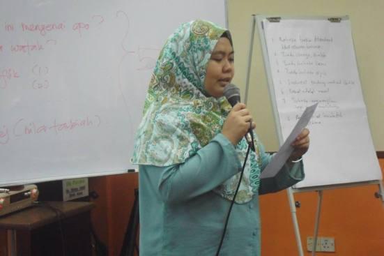 Ain, salah seorang peserta sedang bentangkan idea novelnya.