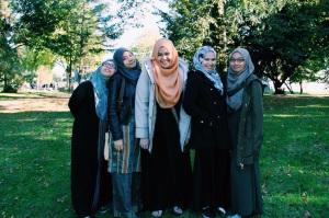 Berdiri dari kiri, Anisah, Aina, Sarah, Nurul dan Syairah.