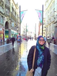 Ezzah Mahmud sengeh sendiri di tengah jalan Cardiff.